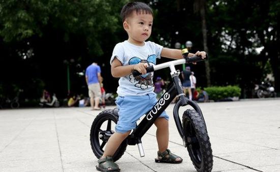 Xe Cruzee giúp trẻ nhỏ tập cân bằng, biết đi xe đạp sớm