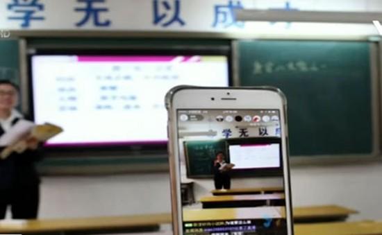 Giáo viên phát video trực tuyến dạy học sinh tại Trung Quốc