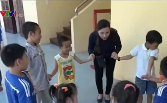 Trẻ em Trường Sa vui Tết Thiếu nhi cùng đoàn khách từ đất liền