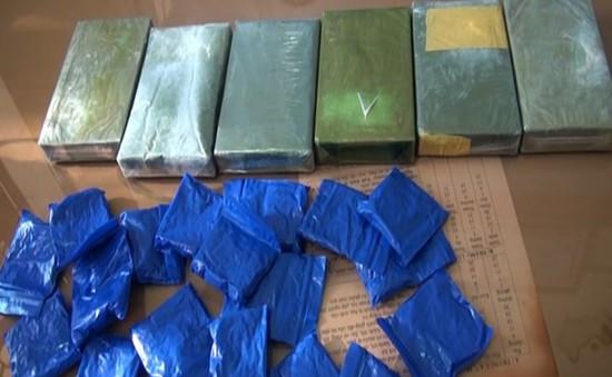 Bắt đối tượng mua bán 5 bánh heroin từ biên giới Việt - Lào