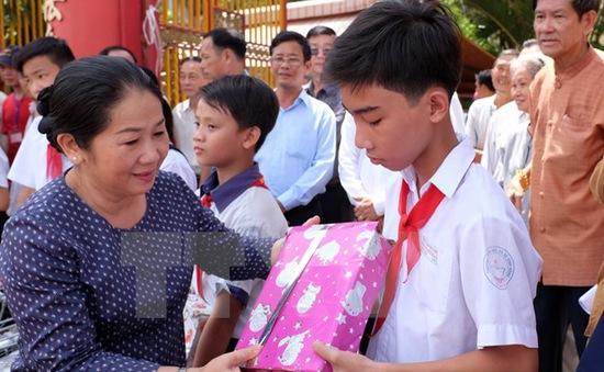 Hỗ trợ học sinh 4 tỉnh miền Trung vượt qua sự cố ô nhiễm biển