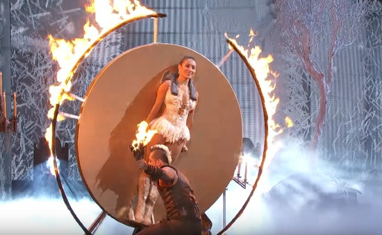 """America's Got Talent: Cặp vợ chồng phi dao thản nhiên """"đùa"""" với lửa"""