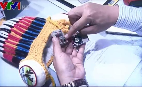 Chuyên gia vật lý điện tử phân tích thiết bị lạ gắn trong mũ len trẻ em
