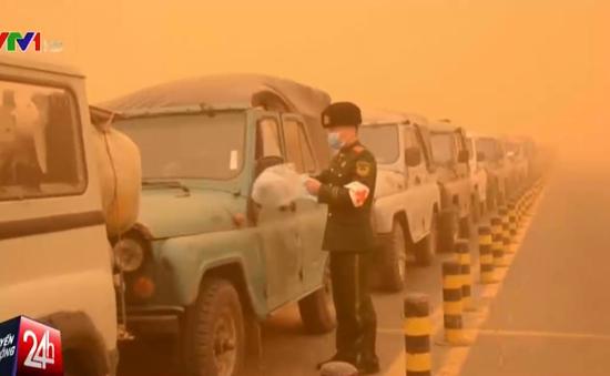 """Bão cát kinh hoàng """"nhuộm đỏ"""" Đông Bắc Trung Quốc"""