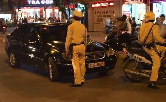 """Vi phạm giao thông, tài xế Mercedes """"cố thủ"""" trên xe"""