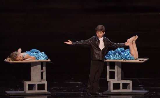 America's Got Talent: Rùng mình màn phân đôi người của thí sinh nhí