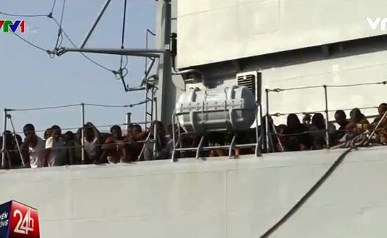Hơn 100 người di cư trên chiếc thuyền đủ chỗ cho... 10 người