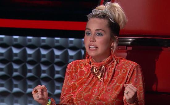 The Voice Mỹ: Miley Cyrus lần đầu rơi lệ trên ghế nóng