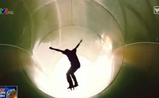 Trải nghiệm cảm giác trượt ván xuyên đường ống công viên nước
