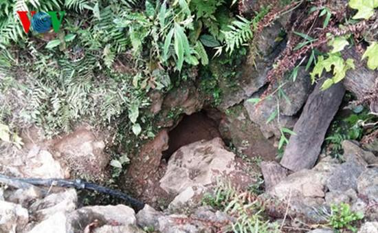 Tạm dừng tìm kiếm 3 phu vàng bị kẹt dưới hang sâu do mưa lớn