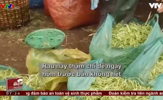 Thực khách vô tư ăn rau muống bào ngâm hóa chất độc hại