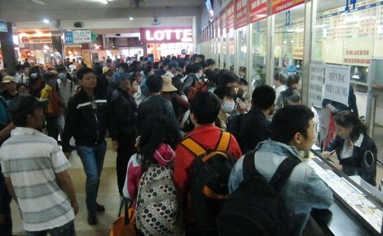 TP.HCM: Giá vé Tết tăng gấp 3 lần, người dân cần tiền triệu để mua vé về quê