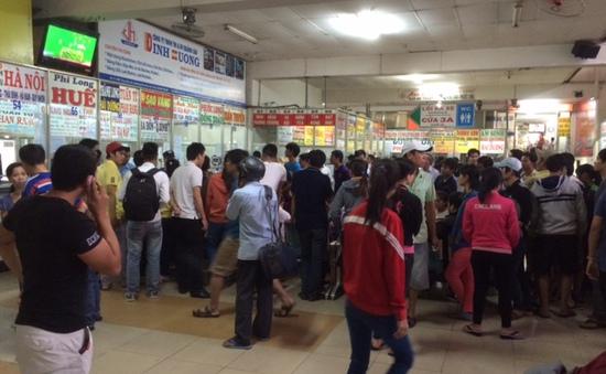 Mua vé về quê đón Tết: Nỗi khổ của người công nhân