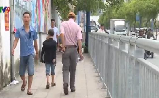 Thí điểm lập hàng rào vỉa hè cho người đi bộ tại TP.HCM