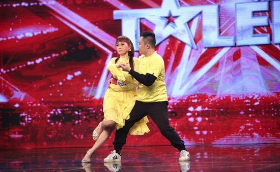 Xúc động trước tấm lòng của mẹ mù theo con đi thi Vietnam's Got Talent