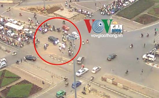 """""""Xe điên"""" đâm hàng loạt xe máy tại ngã tư Lê Duẩn - Đại Cồ Việt"""