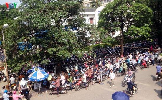 Bãi gửi xe Bệnh viện Bạch Mai tạm thời chưa đóng cửa