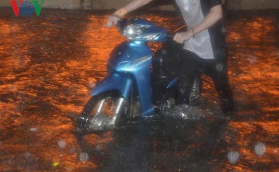 TP.HCM: Mưa lớn ngập sâu, người dân vất vả dắt xe về nhà