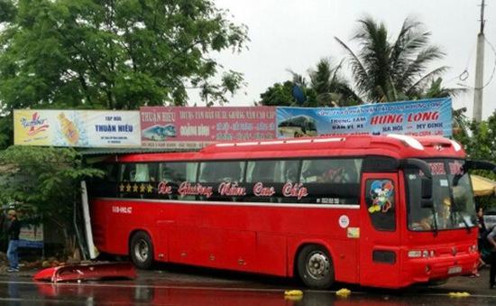Quảng Bình: Xe khách mất lái lao vào nhà dân