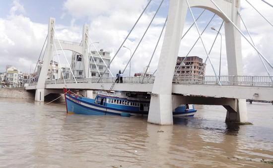 Xử phạt thuyền trưởng tàu cá kẹt dưới gầm cầu Lê Hồng Phong