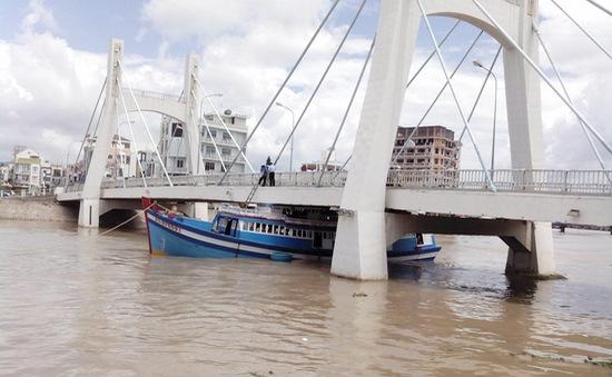 Xử phạt thuyền trưởng vụ tàu cá mắc kẹt dưới gầm cầu
