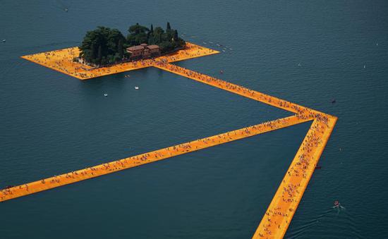 Chiêm ngưỡng cầu phao khổng lồ cắt ngang hồ Iseo tại Ý