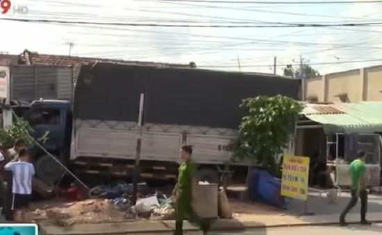 Bình Dương: Xe tải ủi hàng loạt xe máy, 2 người nguy kịch