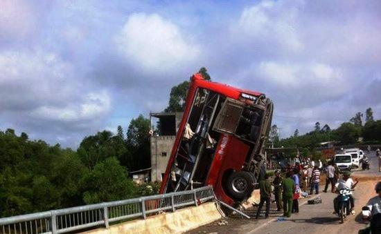 Xe khách mất lái tông vào lan can, 11 người thương vong