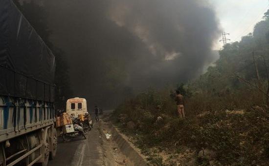 Hòa Bình: Xe bồn phát nổ khi va chạm xe khách, 3 người tử vong