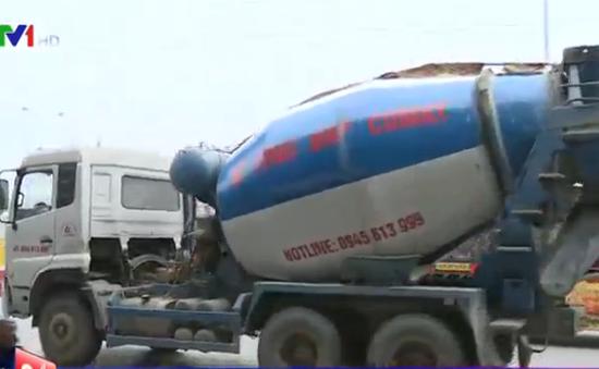Xe tải ngang nhiên đi vào đường cấm ở Hà Nội