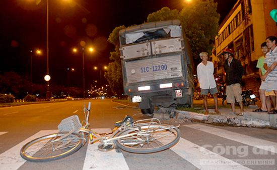 TP.HCM: Người đi xe đạp bị xe tải đâm trọng thương