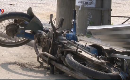 Xe tự chế chở tôn đâm cột điện, tài xế tử vong