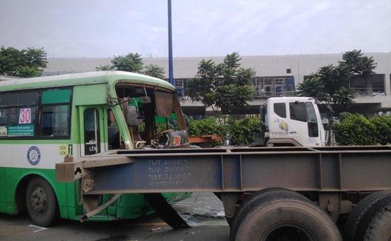 TP. HCM: Xe bus tông xe container, hàng chục sinh viên hoảng loạn