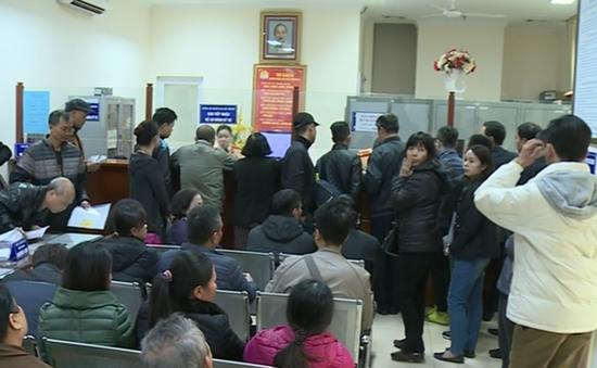 Người dân Thủ đô nườm nượp đăng ký sang tên đổi chủ xe máy