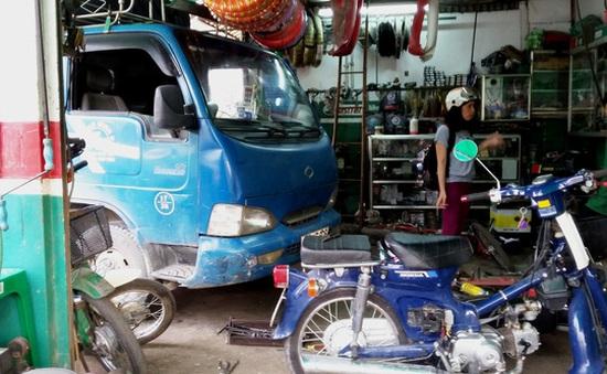 TP.HCM: Xe tải không người lái lao vào tiệm sửa xe