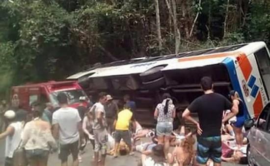 Xe bus lao xuống vực ở Brazil, ít nhất 15 người chết