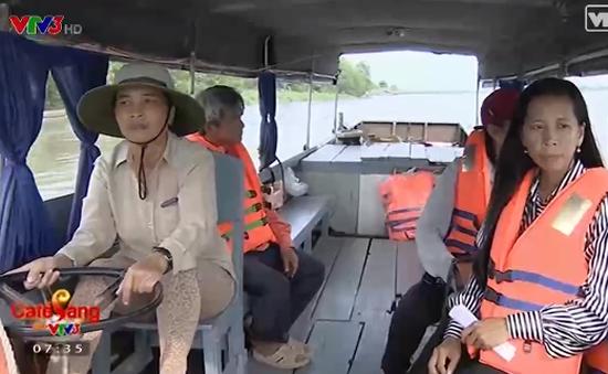 Người phụ nữ miền Tây chuyên lái thuyền đưa đón học sinh đi học miễn phí
