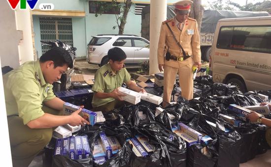 Quảng Bình: Bắt xe chở hơn 600 chai rượu và 6000 bao thuốc lá lậu