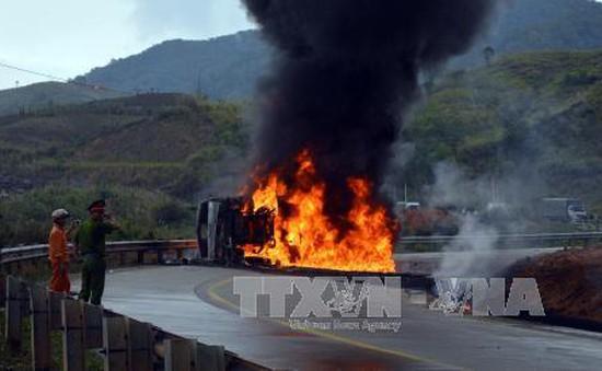 Xe chở dầu lật, bốc cháy đùng đùng trên đèo Lò Xo làm một người chết