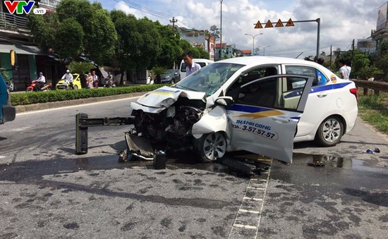 Taxi húc bay trụ đèn đường, 3 người nhập viện cấp cứu