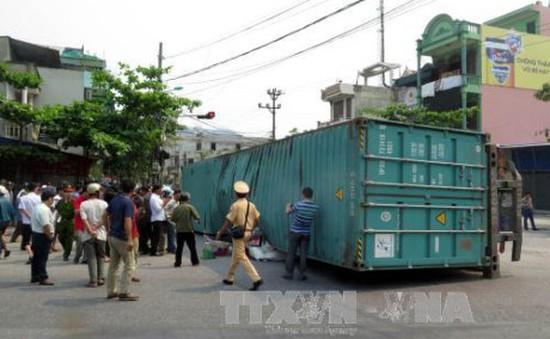 Xe container mất lái lật ngang đường, 1 người tử vong