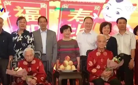 Bữa tiệc sinh nhật của cặp vợ chồng 100 tuổi trùng ngày sinh