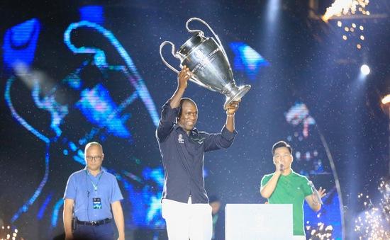 Ảnh: Cúp bạc UEFA Champions League và Clarence Seedorf ở Hà Nội