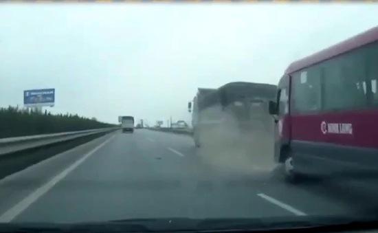 """Clip: Xe khách bất ngờ """"vọt"""" lên đâm mạnh đuôi xe tải"""