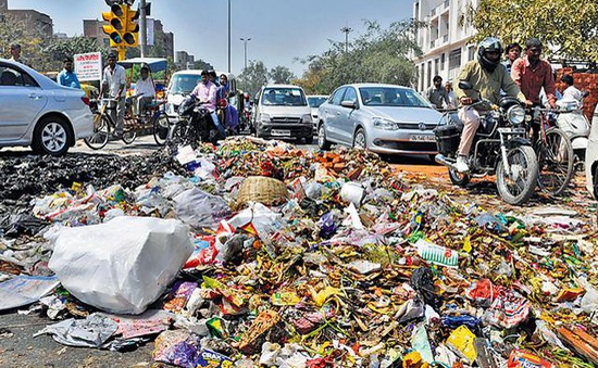 Công nhân vệ sinh đình công, thủ đô Ấn Độ ngập trong rác