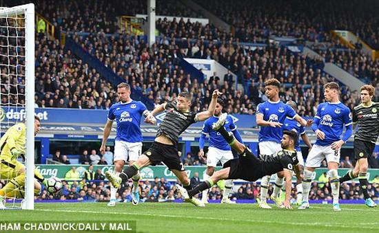 Nhân đôi cách biệt cho Chelsea, Cahill chạy tới góc sân tri ân CĐV