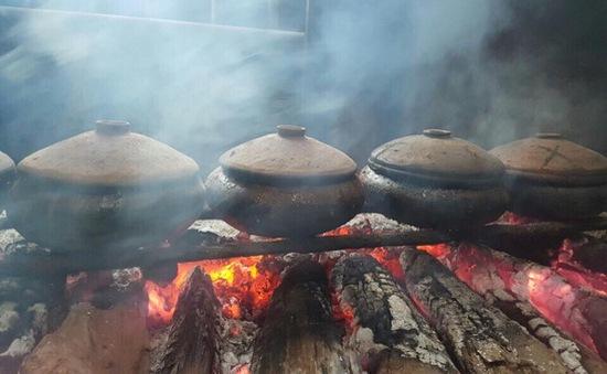 Bếp kho cá làng Vũ Đại lại đỏ lửa ngày Tết