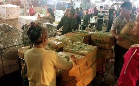 """Có chăng thế lực """"chống lưng"""" cho """"thế giới ngầm"""" ở chợ Long Biên?"""