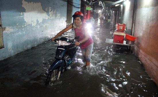 Mưa lớn kéo dài, nhiều tuyến đường tại TP.HCM ngập sâu