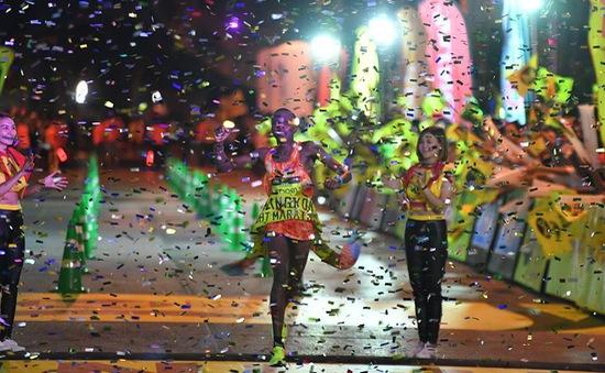 Hơn 10.000 người chạy marathon... lúc nửa đêm ở Thái Lan